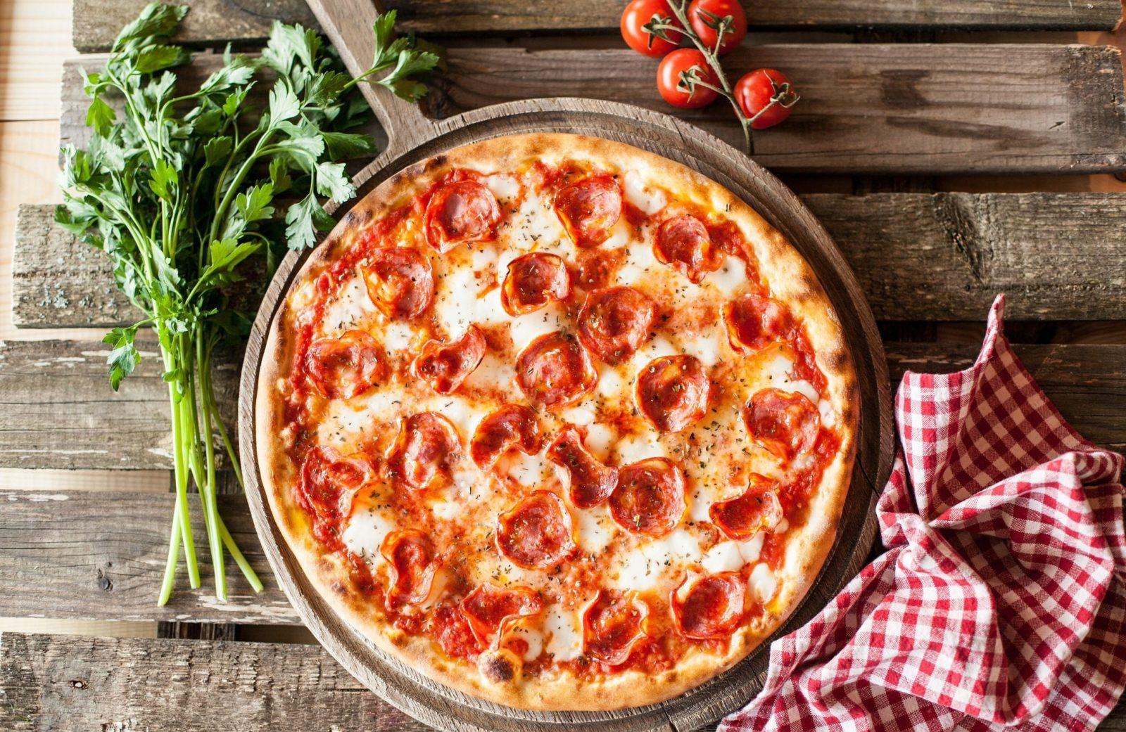 """Пицца с """"Колбасой и сыром"""""""