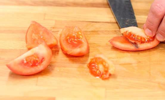 Вынимаем зерна из помидор