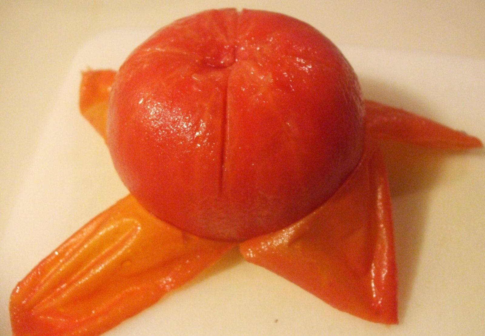 Снимаем кожуру с помидора