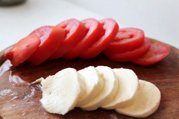 помидоры и моцарелла круглешками