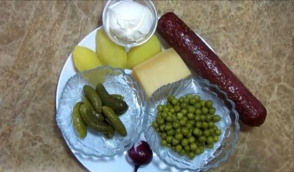 Салат охотничий с копченой колбасой