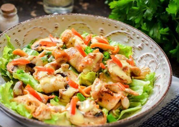 Салат с курицей, маринованными опятами и жареными шампиньонами