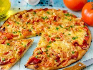 дрожжевая пицца с колбасой помидорами и сыром
