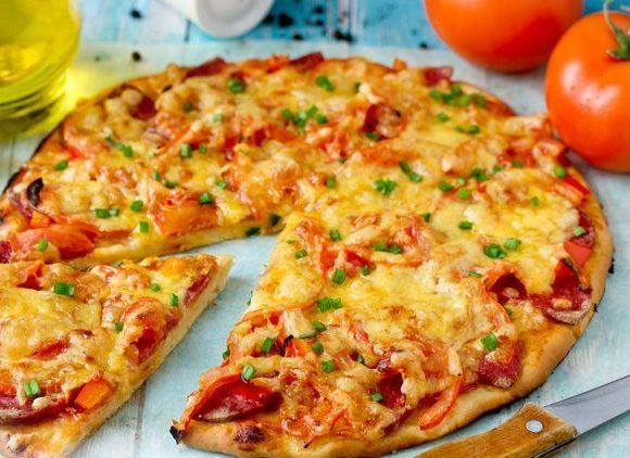 Дрожжевая пицца с колбасой, помидорами и сыром