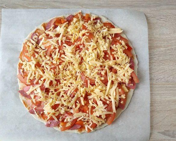 Дрожжевая пицца с колбасой помидорами в