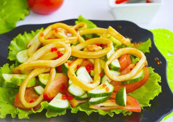 Салат с кальмарами, овощами и красной икрой