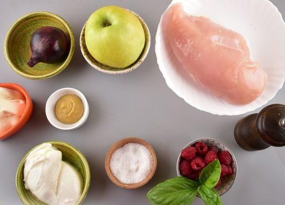 Салат с отварной курицей и яблоком
