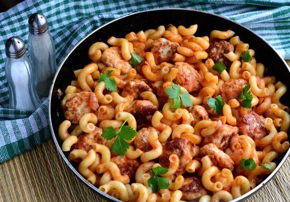 Макароны с куриными фрикадельками и томатным соусом