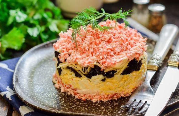 рецепт слоеного салата +с крабовыми палочками