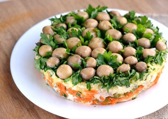 Слоёный салат «Грибная поляна» с курицей
