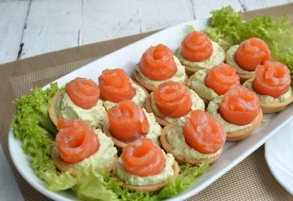 Тарталетки с авокадо и красной рыбой