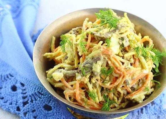 Салат с куриной печенью, морковью, сельдереем и сыром