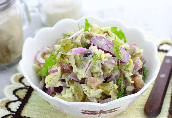 Салат с сельдью, сельдереем, солёными огурцами и горчицей