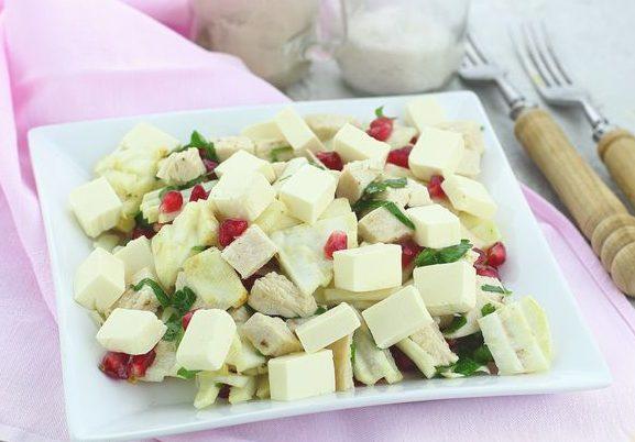 Салат с курицей, сельдереем, плавленым сыром и гранатом