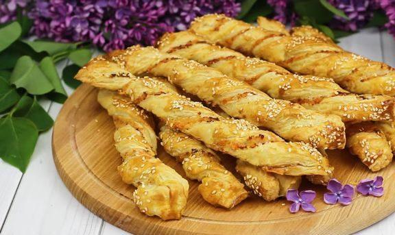 Слоёные палочки-спиральки с ветчиной и сыром