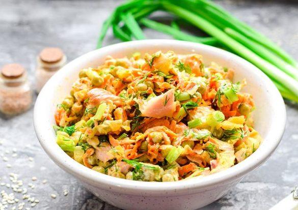 Салат с копчёной курицей, морковью, горошком и лавашом