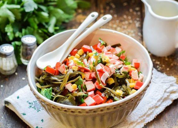 Салат с крабовыми палочками, морской капустой, кукурузой и болгарским перцем