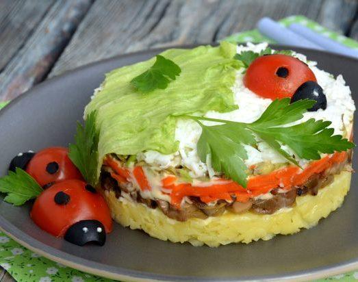 Слоёный салат с картофелем, шампиньонами, морковью и авокадо